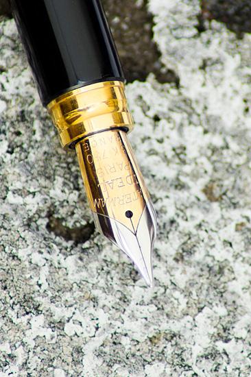 Foto einer vergoldeten Füllerfeder - Symbolbild für den Blog