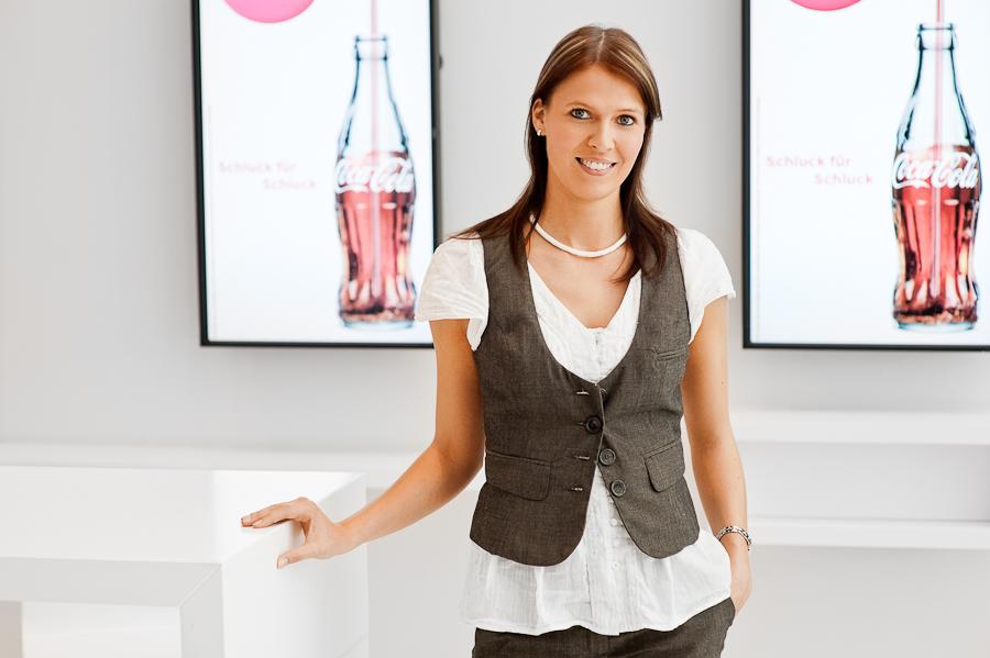 Businessfotos von Kalu-Bremen, Bild einer Frau vor Markenwerbung