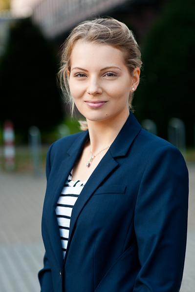 Bewerbungsfotos Bremen - Bild einer blonden Frau in blauem Sacco