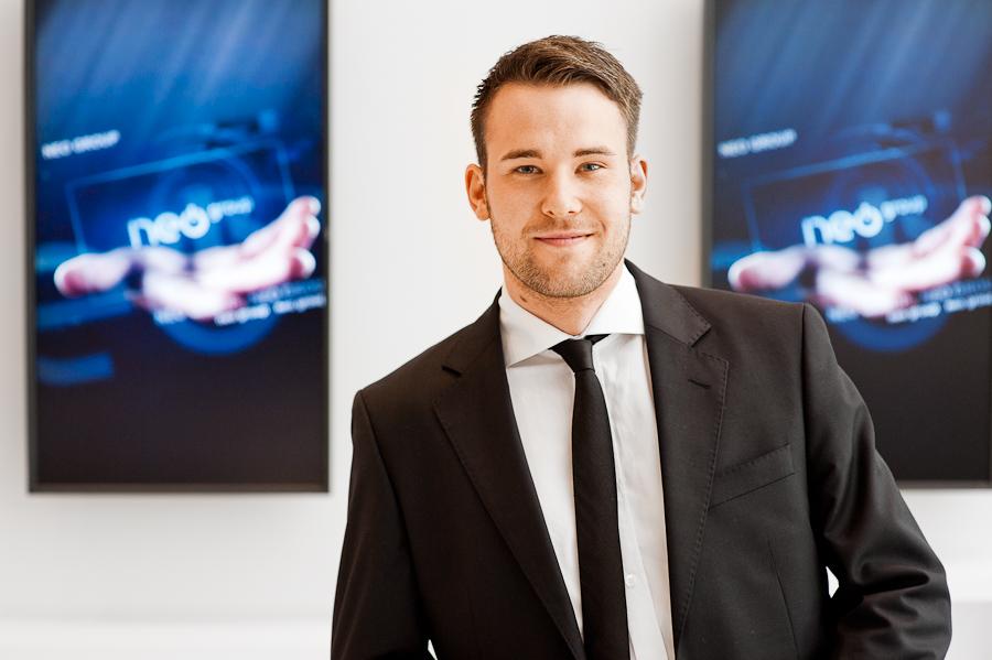 Businessfotografie Kalu Bremen, Bild eines jungen Mannes, im Hintergrund Markenlogos