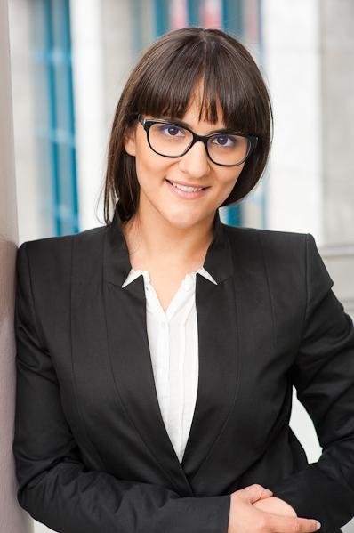 Bewerbungsbild einer jungen Frau mit Brille